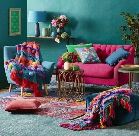 52. Sala com decoração colorida e sofá retrô – Foto: Pinterest