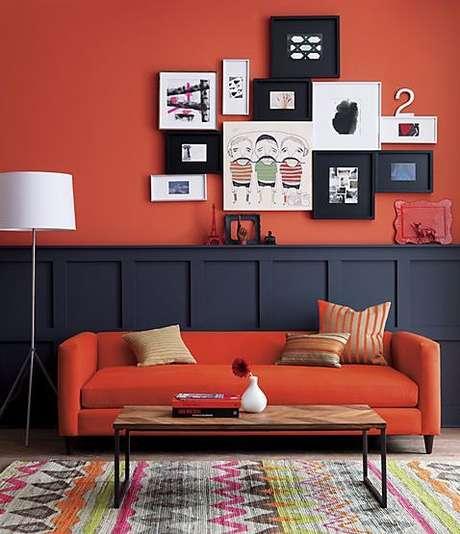 53. A decoração em tons de laranja e azul marinho é perfeita para o sofá retrô – Foto: