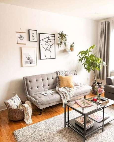 3. Ambiente neutro com sofá retrô vintage – Foto: Structube