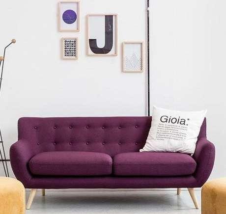 2. Sofá retrô na cor roxa. Lindo sofá estilo retrô, né? – Foto: Pinterest