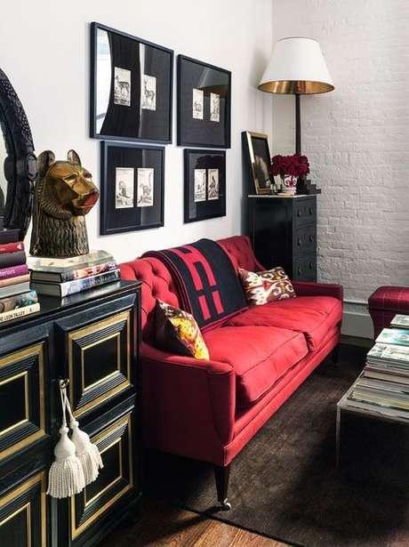 54. O sofá retrô vermelho é perfeito para uma sala moderna e linda! – Foto: Luciana Penna