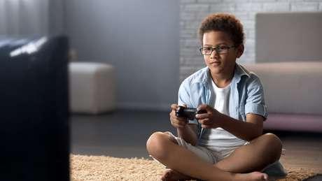 Muitos pais mantêm os filhos ocupados com tecnologia enquanto cuidam da casa ou trabalham
