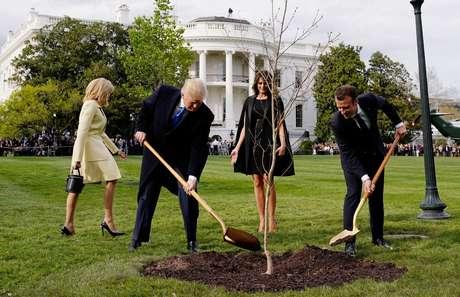 Os presidentes dos EUA, Donald Trump, e da França, Emmanuel Macron, plantam muda de carvalho dada a Trump por Macron. 23/04/2018. REUTERS/Joshua Roberts