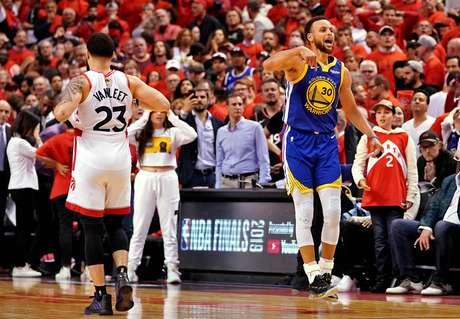 Stephen Curry, do Golden State Warriors, comemora vitória no jogo 5 contra o Toronto Raptors