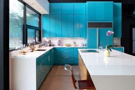 48. A tonalidade desse azul tornou o ambiente da cozinha um lugar acolhedor. Fonte: World Importados