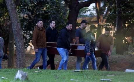 Familiares e amigos comparecem no velório e sepultamento dos corpos do ator Rafael Henrique Miguel, de 22 anos, e de seus pais João Alcisio Miguel, de 52, e Miriam Selma Miguel, de 50, no Cemitério Campo Grande, zona sul de São Paulo
