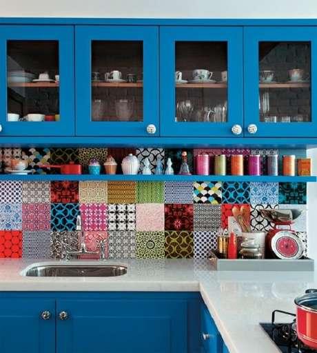 52. Cozinha com decoração criativa em tons de azul. Fonte: Dolce Casa Studio