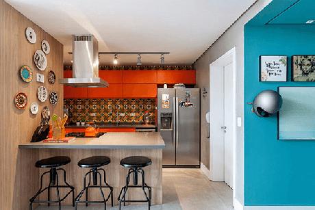 17. Cozinha decorada com os tons de azul e laranja. Fonte: HomeIt