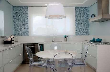 6. Cozinha com pastilhas, parede e itens decorativos em tons de azul. Projeto de Juliana Pippi