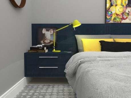 21. Criado-mudo azul escuro no quarto. Projeto de Italo Aguiar