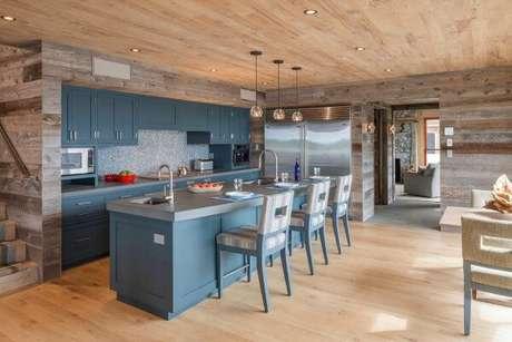 54. Decoração rústica mesclando madeira com móveis na cor azul. Fonte: Decoração Ideal