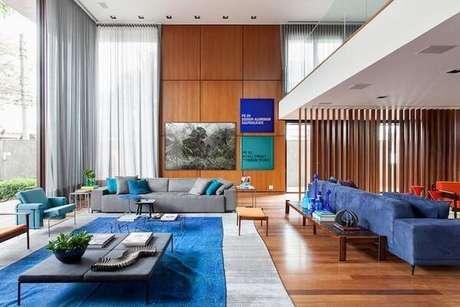 55. Decore a sala de estar em tons de azul. Fonte: Tua Casa