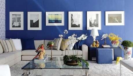 1. Tons de azul complementam a decoração da sala de estar. Fonte: ConstruindoDecor