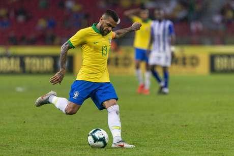 Daniel Alves em jogada de ataque durante Brasil x Honduras
