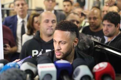 O jogador Neymar deixa a Delegacia de Repressão a Crimes de Informática (DRCI), na Cidade da Polícia, na zona norte do Rio de Janeiro, após prestar depoimento