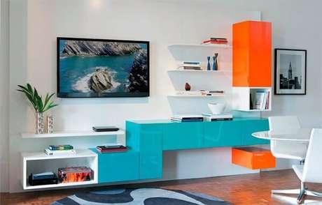 63. Para a decoração da sala de estar misture as cores azul e laranja. Fonte: Blog Sigmacar