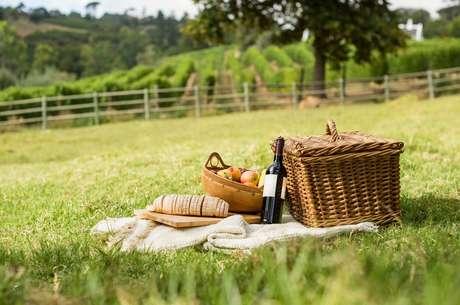 Selecione bem as comidas e bebidas para o seu piquenique romântico