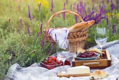 Saiba como montar uma cesta de piquenique romântico para o Dia dos Namorados