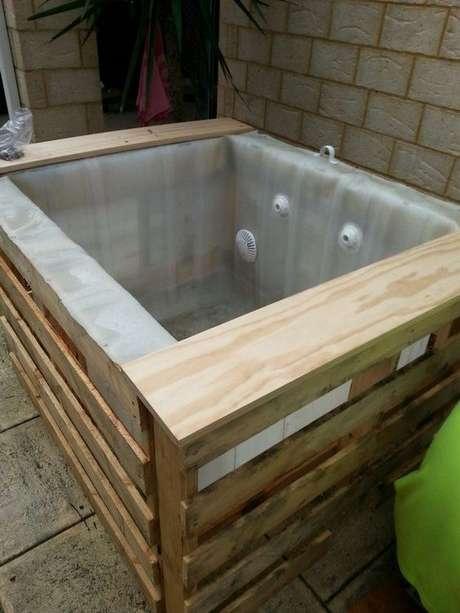 39. Faça uma piscina de paletes pequena apenas se poucas pessoas forem aproveitá-la – Foto: Pinterest