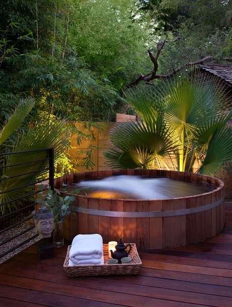 44. Vale a pena esquentar a água para fazer uma piscina de paletes que lembre um ofurô. – Foto: Amanda Forte Arquitetura