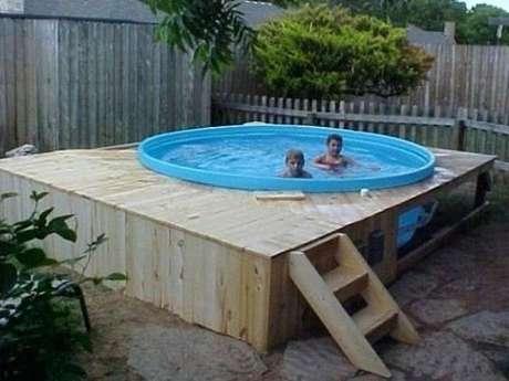 7. As crianças se divertem na piscina de paletes! – Foto: Pinterest