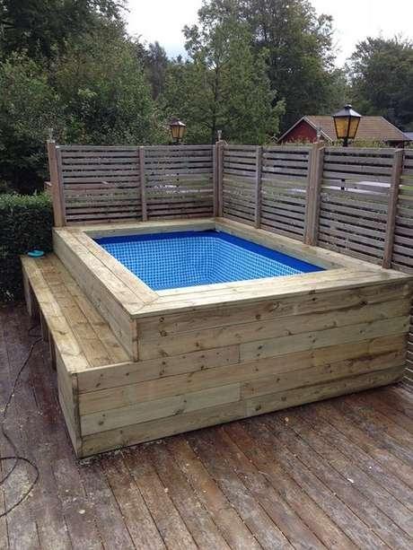 9. A piscina de paletes pequena também é ótima para se refrescar nos dias quentes! – Foto: Pinterest