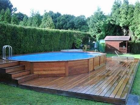 10. Caso tenha espaço, faça um deck para se divertir enquanto está na piscina de paletes. – Foto: Pinterest