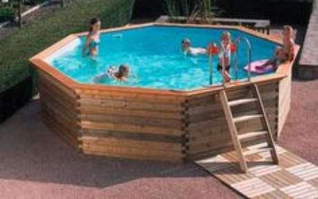 13. Se a piscina for muito profunda, coloque uma pequena escada para que todos consigam entrar e sair da piscina. – Foto: Pinterest