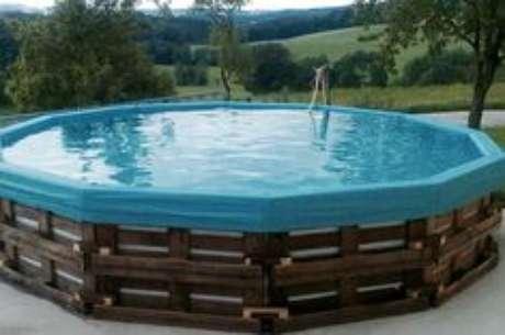 11. Faça a altura da piscina de paletes de acordo com a profundidade que você quer a sua piscina. – Foto: Pinterest