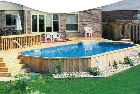 15. É interessante colocar a piscina de paletes próxima ao jardim para ter uma visão agradável. – Foto: Pinterest