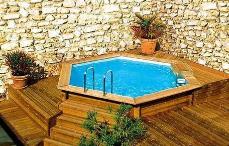 18. Quanto mais você caprichar para fazer a piscina de paletes, mais bonita fica sua decoração. – Foto: Banheira Spa