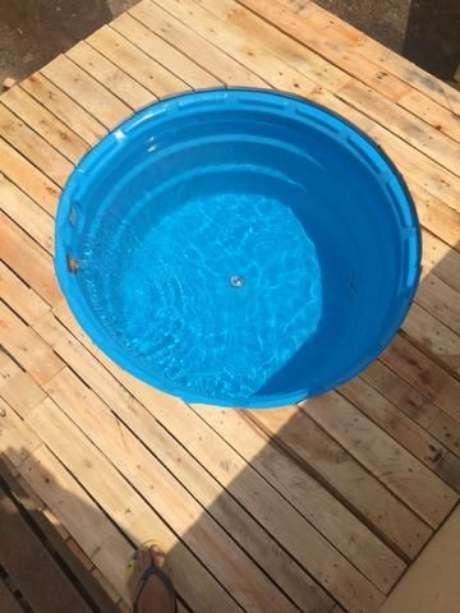 20. Também vale a pena pegar uma piscina e construir um deck ao redor paracriar um ambiente incrível! – Foto: Decora com Carlos Costa