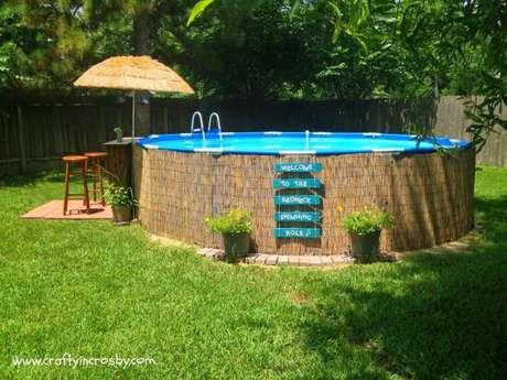 21. Coloque um guarda sol para garantir que a piscina de paletes seja um lugar ambiente para curtir os dias mais quentes. – Foto: Crafty in Crosby