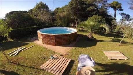 23. Chame alguém para te ajudar a construir a piscina de paletes – Foto: hypeness