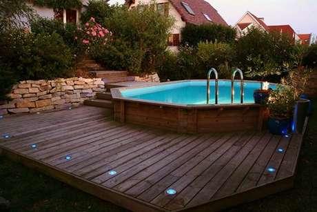 25. Não se esqueça de iluminar a área para aproveitar a piscina de paletes durante à noite também. – Foto: Pinterest