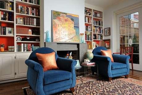 65. Poltronas na cor azul e almofadas na cor laranja encantam a decoração do ambiente. Fonte: Carro de Mola