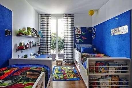 31. Quarto de menino com parede em tons de azul. Projeto de Pascali Semerdjian