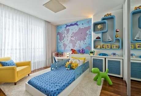 34. Quarto de menino com vários itens em tons de azul claro. Projeto de Leonardo Muller