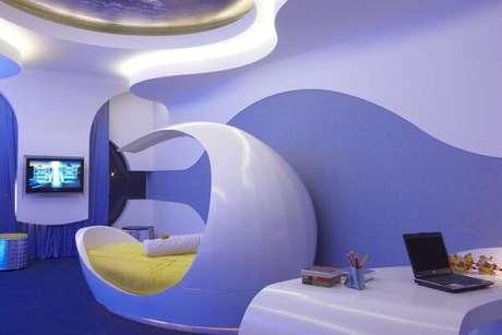 35. Quarto com visual futurista em tons de azul. Projeto de Aquiles Nicolas Kilaris