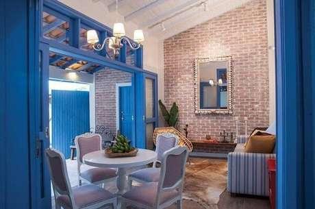 37. Sala com portas e janelas com acabamentoem tons de azul. Projeto de Rico Mendonça