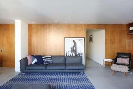 38. Tapete em tons de azul em sala com paredes revestidas de madeira. Projeto de Elen Saravalli