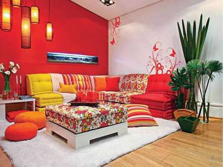 62. Sala de estar decorada com cores fortes – Foto: Live Enhanced