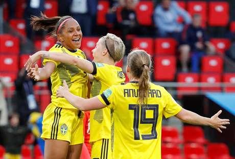 Madelen Janogy comemora após marcar o segundo gol da Suécia sobre o Chile