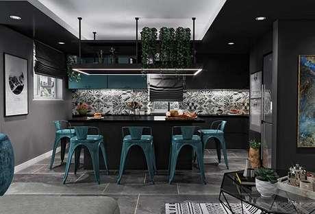 66. Tonalidade do azul petróleo e preto encantam a decoração da cozinha. Fonte: Pinterest