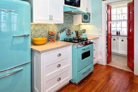 69. Traga o vintage para cozinha com essa mistura de tons de azul e vermelho. Fonte: Dcore Você