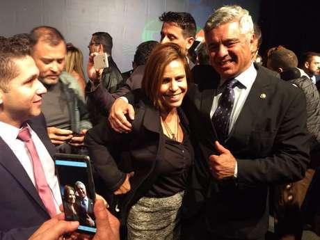 Major Olímpio atende pedido de apoiadora e tira foto após cerimônia de transmissão de cargo do PSL-SP