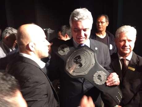 Praticamente de MMA pede que Major Olímpio tire foto com o cinturão