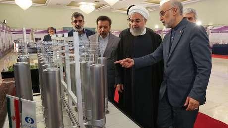 O presidente do Irã, Hassan Rouhani (segundo à direita), diz que não está se retirando do acordo nuclear