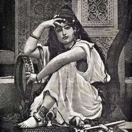 O estilo da gravura é semelhante ao de outras que retratavam na época mulheres argelinas
