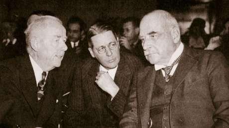 Thomas W. Lamont (esq.) era um dos banqueiros que negociavam com o secretário Pani em 1925